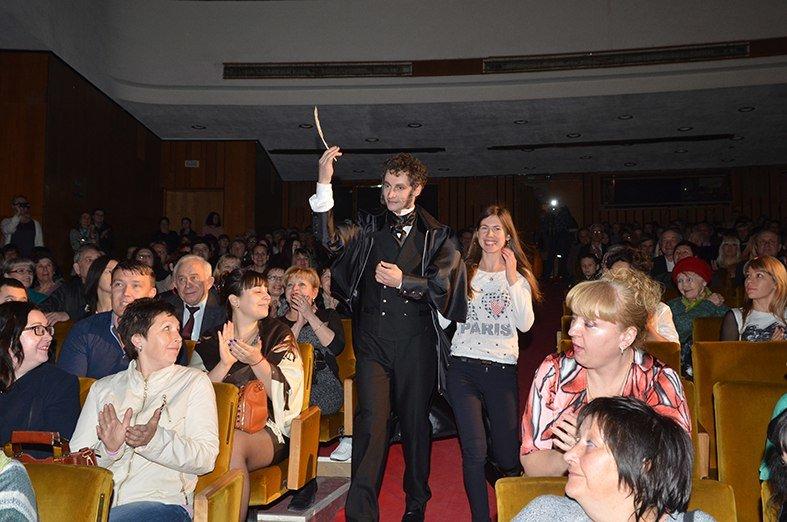 Соединяя сердца: Крымский музтеатр помог симферопольцу необычно сделать предложение возлюбленной прямо во время спектакля (ФОТО) (фото) - фото 1