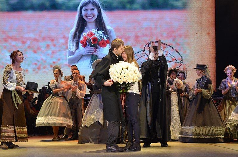 Соединяя сердца: Крымский музтеатр помог симферопольцу необычно сделать предложение возлюбленной прямо во время спектакля (ФОТО) (фото) - фото 3