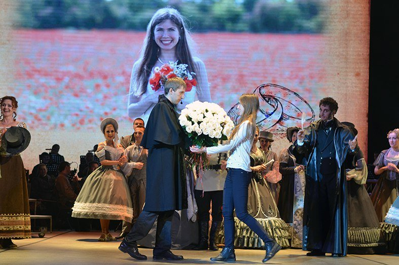 Соединяя сердца: Крымский музтеатр помог симферопольцу необычно сделать предложение возлюбленной прямо во время спектакля (ФОТО) (фото) - фото 2