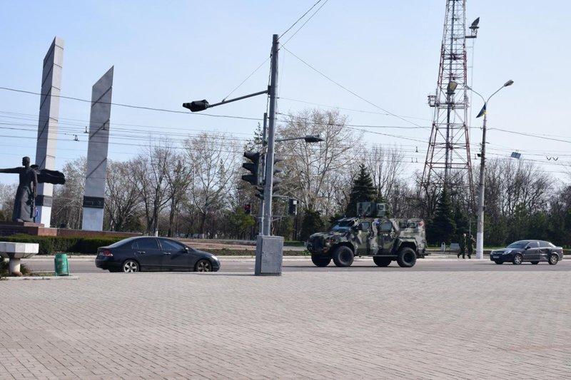 Мариупольцев охраняют бронепартули (фото) - фото 1