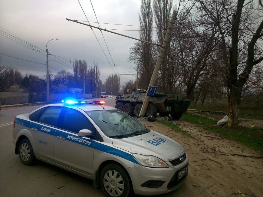 БТР снес осветительный столб на трассе под Симферополем (фото) - фото 4