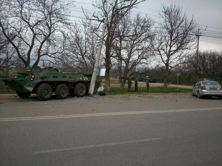 БТР снес осветительный столб на трассе под Симферополем (фото) - фото 8