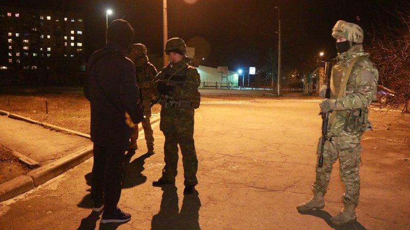 В Мариуполе полиция задержала подростков, которые избили и ограбили прохожего (фото) - фото 1
