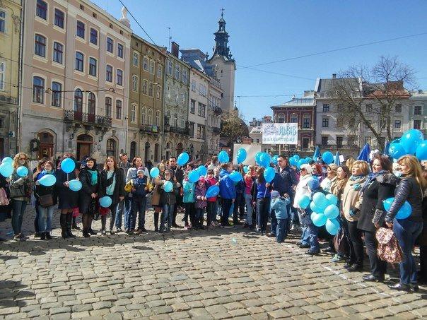Як бачать світ аутисти: у Львові пройшла акція на підтримку хворих дітей на аутизм (ФОТО) (фото) - фото 6