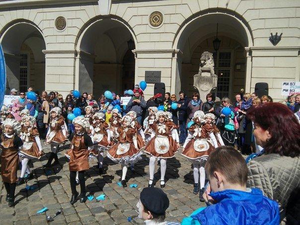 Як бачать світ аутисти: у Львові пройшла акція на підтримку хворих дітей на аутизм (ФОТО) (фото) - фото 8