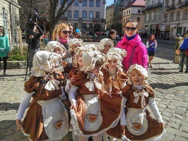 Як бачать світ аутисти: у Львові пройшла акція на підтримку хворих дітей на аутизм (ФОТО) (фото) - фото 7