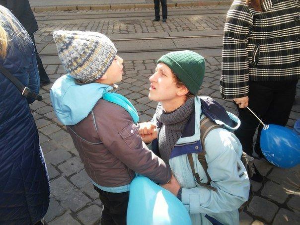 Як бачать світ аутисти: у Львові пройшла акція на підтримку хворих дітей на аутизм (ФОТО) (фото) - фото 10