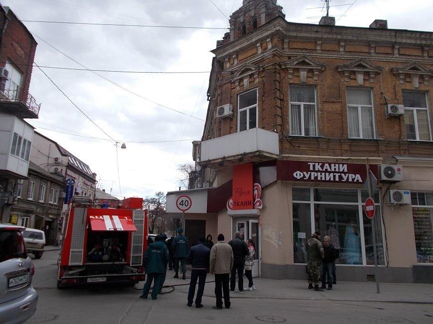 В центре Ростова горит магазин тканей (фото) - фото 1