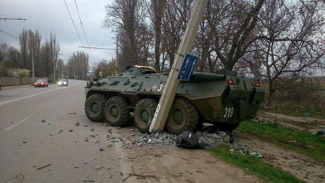 БТР протаранил бетонный столб на трассе Симферополь-Ялта (ФОТОФАКТ) (фото) - фото 2