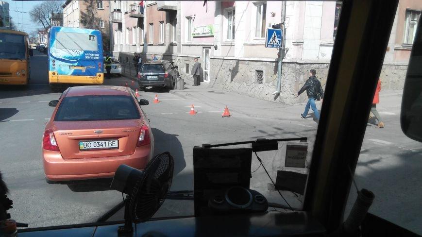 У центрі Тернополя іномарка знесла металеву огорожу (Фото, відео), фото-2