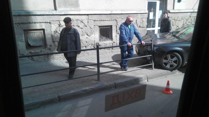 У центрі Тернополя іномарка знесла металеву огорожу (Фото, відео), фото-3