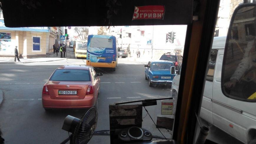У центрі Тернополя іномарка знесла металеву огорожу (Фото, відео), фото-1