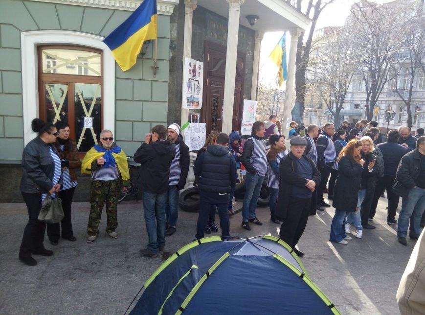 Возле одесской прокуратуры поставили виселицу и с нетерпением ждут Стоянова (ФОТО) (фото) - фото 1