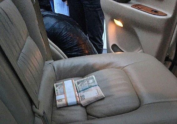 Чиновник на «Лексусе» получил 96 тысяч взятки: как проходило задержание (ФОТО) (фото) - фото 2