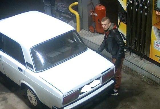 В Кременчуге камеры наблюдения засняли угон ВАЗа: полиция просит помощи в опознании преступников (фото) - фото 1