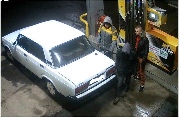 В Кременчуге камеры наблюдения засняли угон ВАЗа: полиция просит помощи в опознании преступников (фото) - фото 2