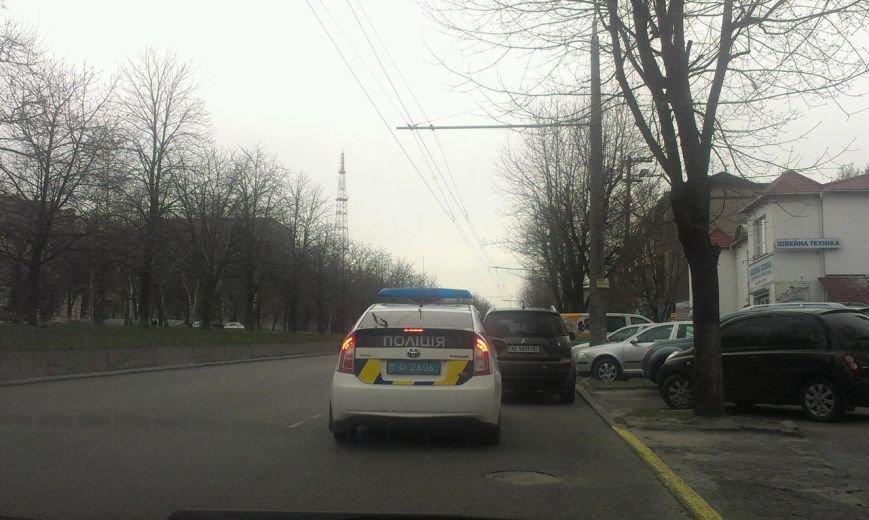 На проспекте Поля полицейские остановились и перегородили половину дороги (ФОТО), фото-1