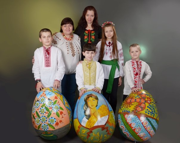 Специально для Киева художницы нарисовали на пасхальном яйце герб Мариуполя (ФОТО), фото-3