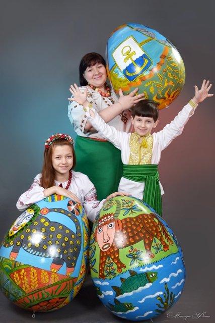 Специально для Киева художницы нарисовали на пасхальном яйце герб Мариуполя (ФОТО), фото-1