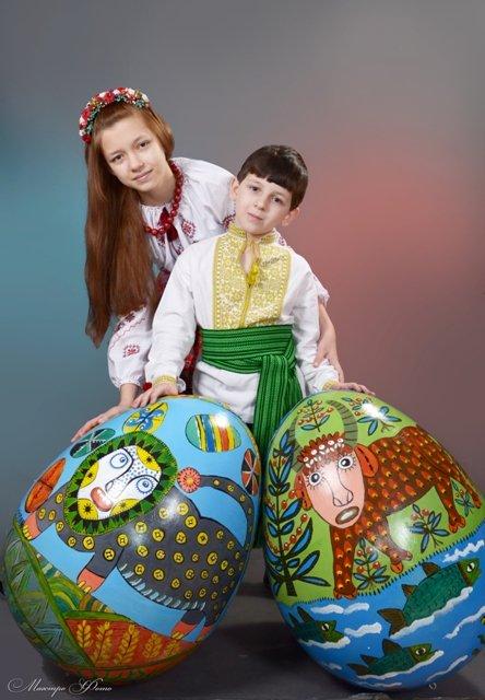 Специально для Киева художницы нарисовали на пасхальном яйце герб Мариуполя (ФОТО), фото-2