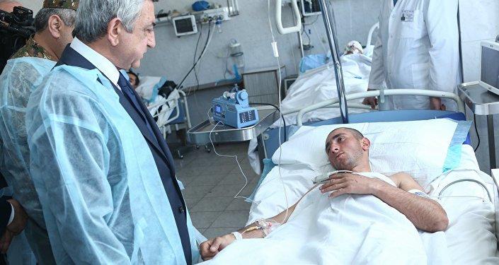Президент Армении посетил раненных военнослужащих в военном госпитале в Ереване (фото) - фото 1