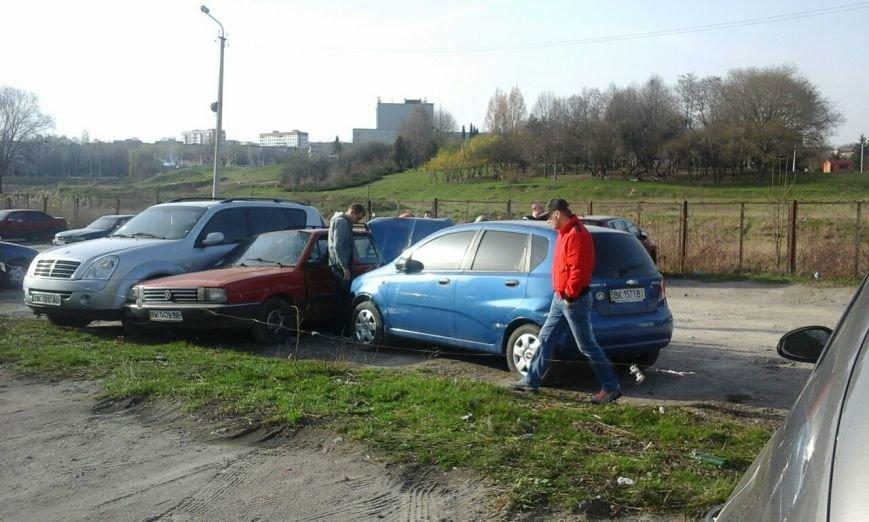 У Рівному на парковці сталася автопригода [ФОТО] (фото) - фото 6