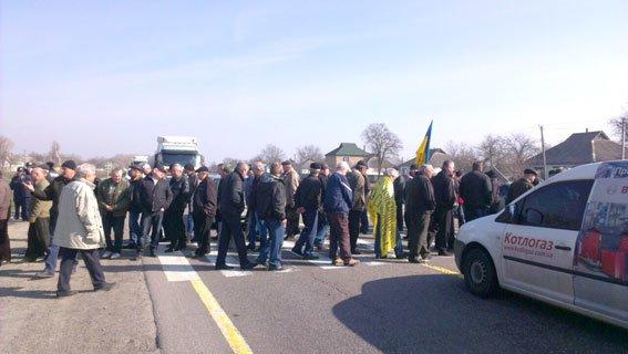 На Полтавщине вновь перекрыли трассу Киев-Харьков (фото) - фото 1