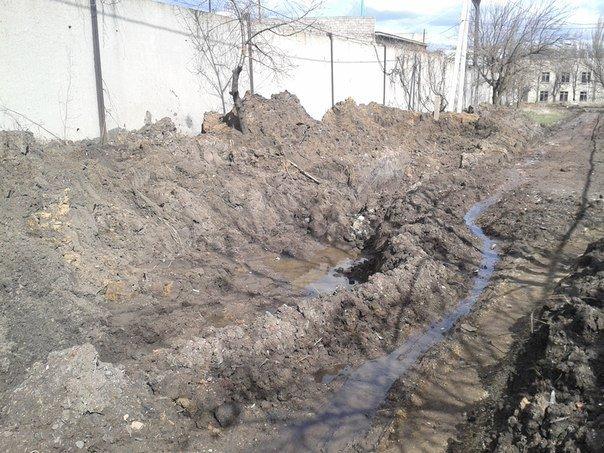 Благодаря нерасторопности работников горводоканала в  Димитрове (Мирнограде) в пору плавать по улицам (фото) - фото 2