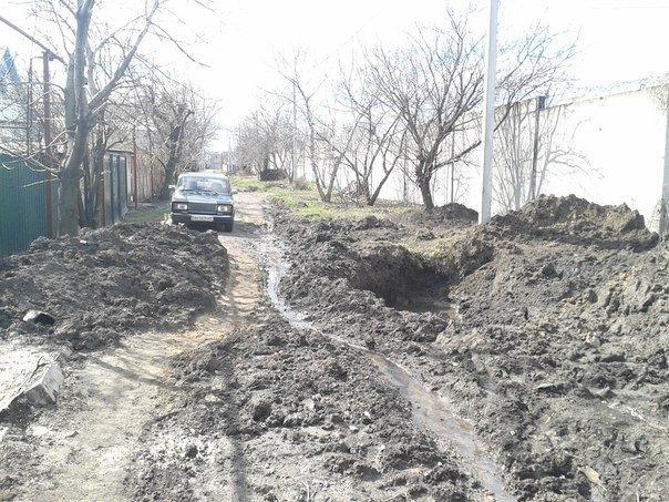 Благодаря нерасторопности работников горводоканала в  Димитрове (Мирнограде) в пору плавать по улицам (фото) - фото 1