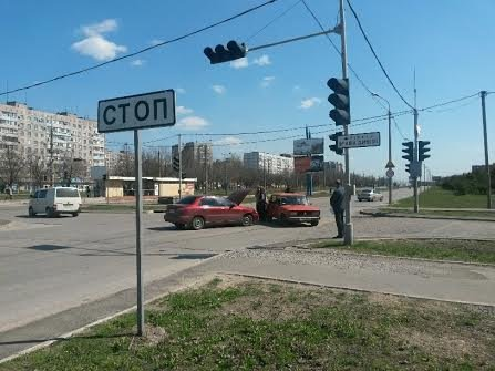 В Мариуполе на перекрестке без светофора не разъехались две легковушки (ФОТО), фото-10