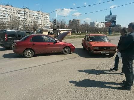 В Мариуполе на перекрестке без светофора не разъехались две легковушки (ФОТО), фото-6