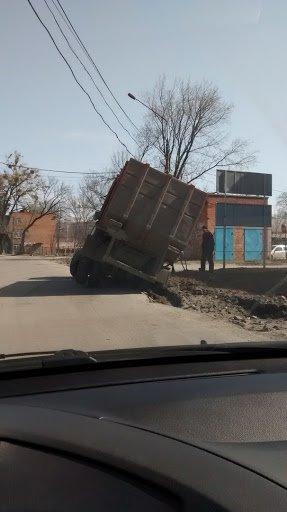 В Сумах мусоровоз провалился в яму на дороге (ФОТО) (фото) - фото 1
