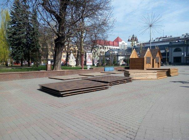 У Франківську почали встановлювати ярмаркові будиночки. Фото (фото) - фото 1