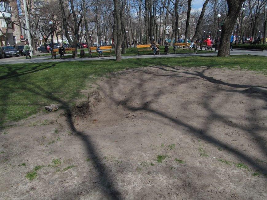 Разрушенный в сквере Бабаева газон восстановится только к осени (ФОТО), фото-2