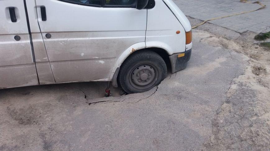 У Тернополі під мікроавтобусом провалився асфальт (Фото) (фото) - фото 2