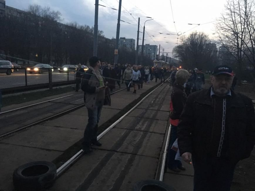 На Борщаговке жители перекрыли трамвайные пути, протестуя против незаконной застройки (ФОТО) (фото) - фото 1
