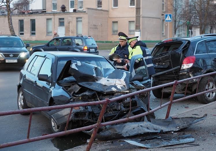 В Витебске VW Golf уходил от погони ГАИ и врезался в припаркованный внедорожник, фото-2