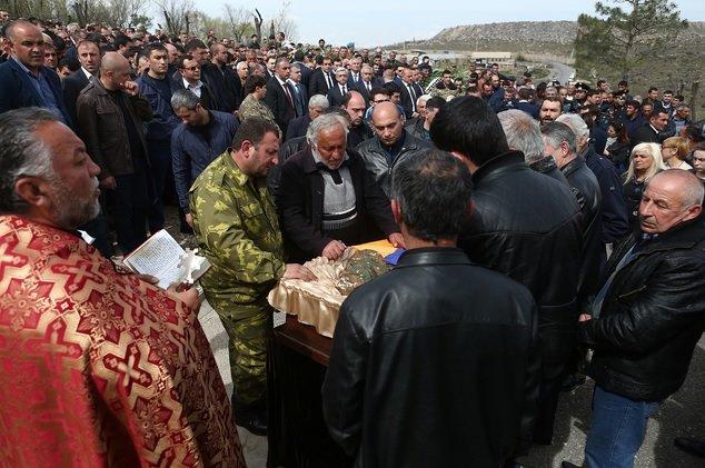 Президент Армении Серж Саргсян принял участие в  похоронах разведчика-пулеметчика Сасуна Мкртчяна (фото) - фото 2