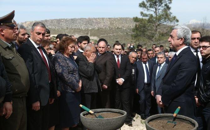 Президент Армении Серж Саргсян принял участие в  похоронах разведчика-пулеметчика Сасуна Мкртчяна (фото) - фото 1