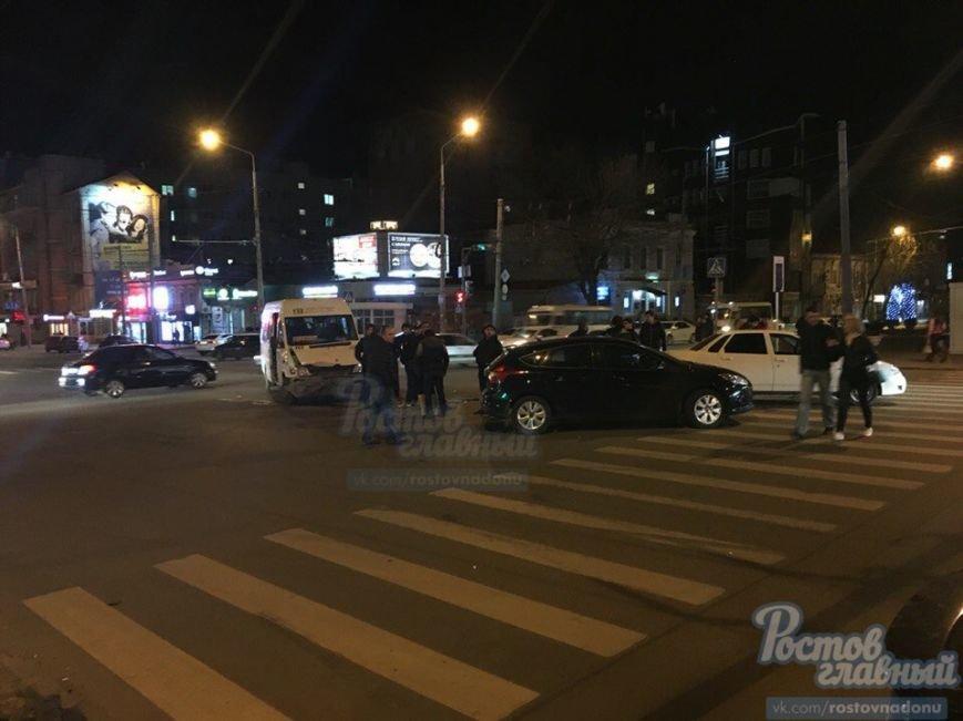 В центре Ростова-на-Дону маршрутка столкнулась с Lada Priora (фото) - фото 1