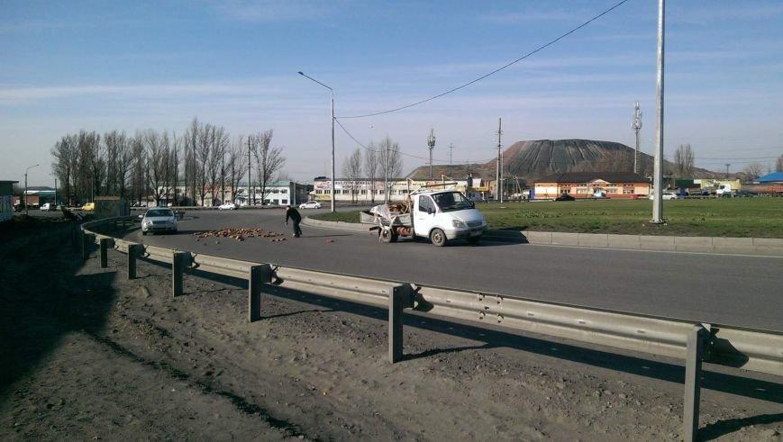 В Новошахтинске беспечность водителя, перевозившего кирпичи, едва не обернулась трагедией (фото) - фото 1