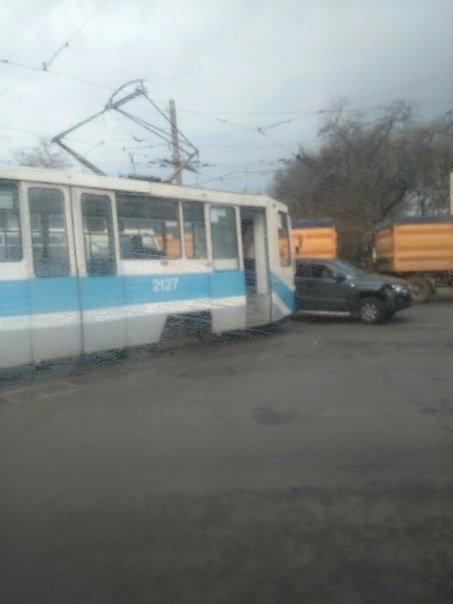В Николаеве трамвай врезался в пикап (фото) - фото 1
