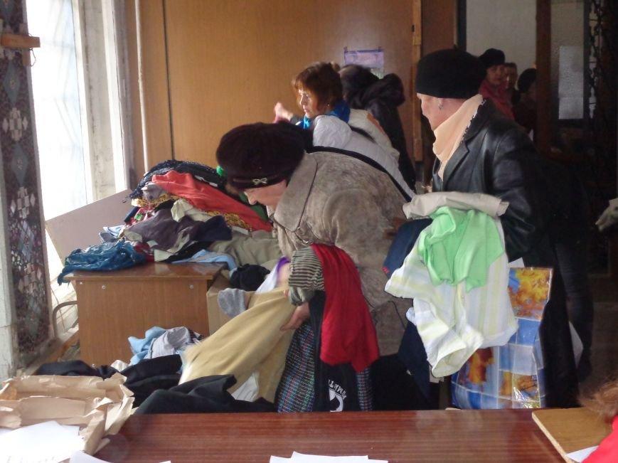 В Красноармейске начата выдача гуманитарной помощи в виде одежды и обуви из Германии (фото) - фото 3