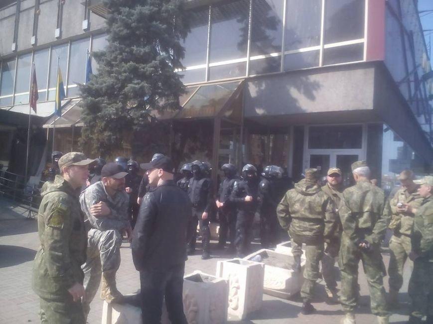 """Полиция освободила """"Лыбидь"""" от людей в камуфляже (ФОТО) (фото) - фото 1"""