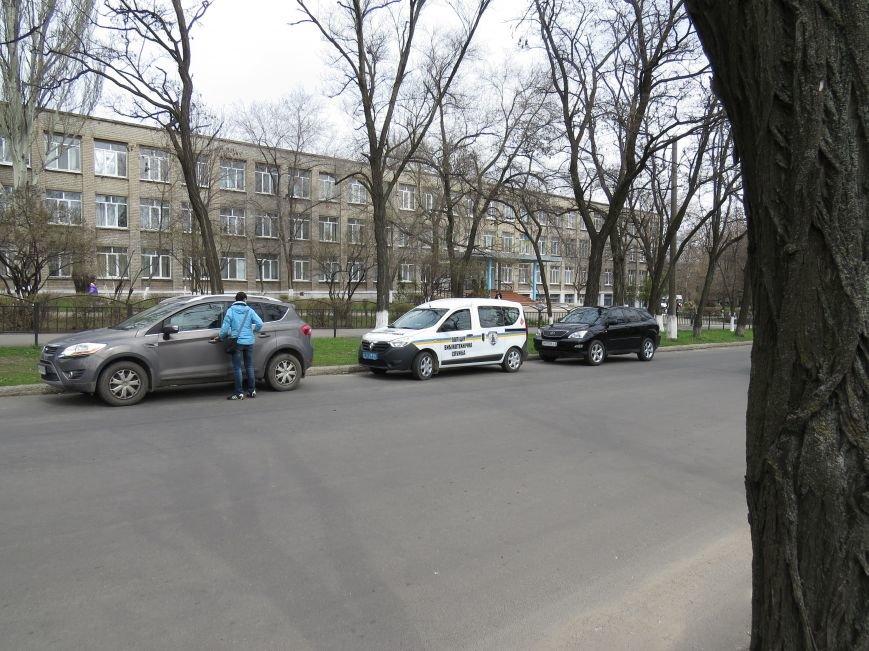 У мариупольской школы появились машины полиции и скорой помощи (ФОТО), фото-3