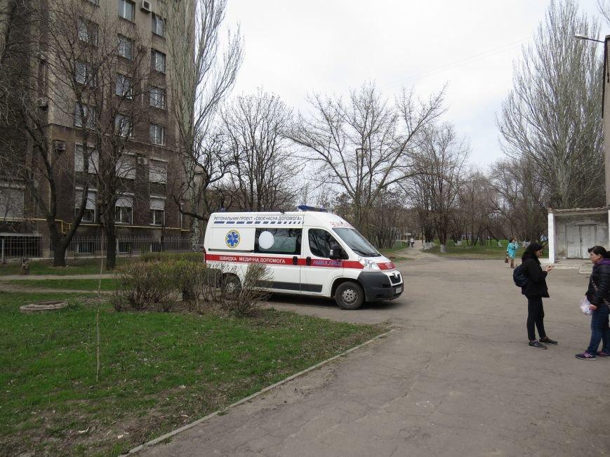 У мариупольской школы появились машины полиции и скорой помощи (ФОТО), фото-1