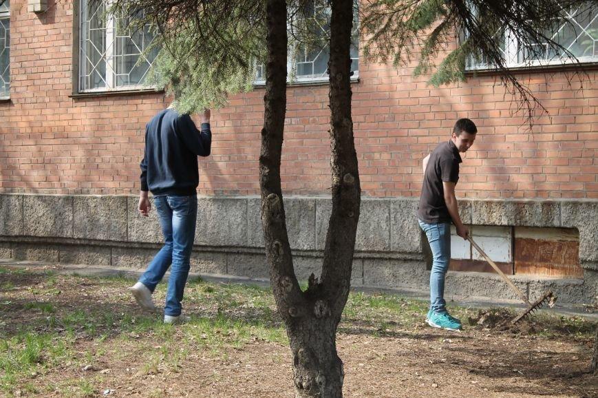 В Бахмуте студенты и преподаватели иняза вышли убирать территорию (ФОТО), фото-2