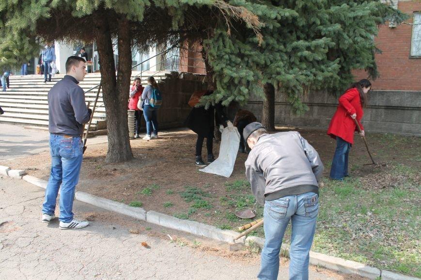 В Бахмуте студенты и преподаватели иняза вышли убирать территорию (ФОТО), фото-4