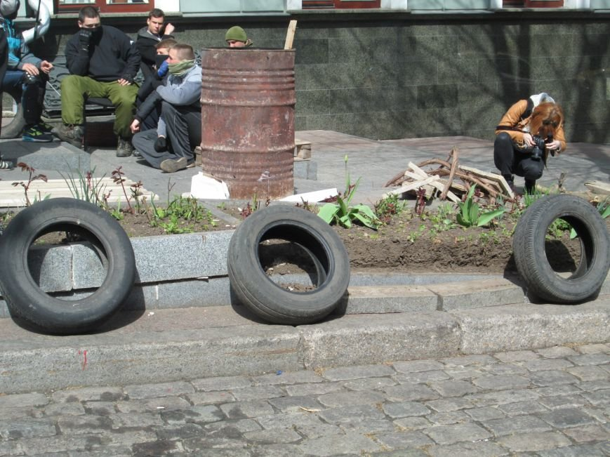 afb250c9c1010e7f08e910e044f23fab Пока Стоянов прохлаждается в Одесской области, активисты разбирают прокуратуру по камешку