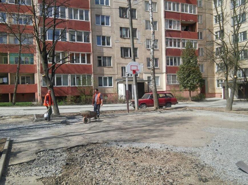 У Франківському районі тривають роботи з ремонту покриття баскетбольного майданчика (ФОТО) (фото) - фото 1